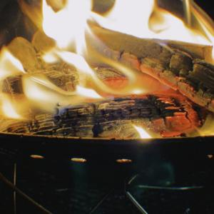 【焚火由来の山火事を防ぐ】 焚火台をウインドシールドで囲うだけで延焼防止の効果あり