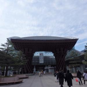 金沢駅でバス待ち 富山へ。