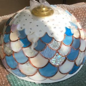 残りガラスを活用して美しいウロコのランプ