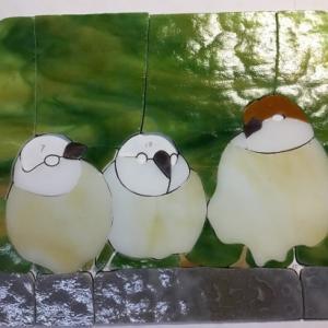 三羽の雀の窓飾り