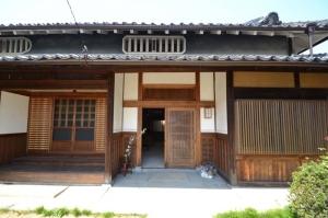 民家の土壁の下地の竹と土と藁縄