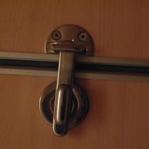 トイレをロックダウン。