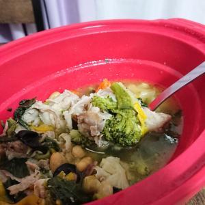 塩とおろし生姜だけで味付けした豚と野菜と豆のスープ
