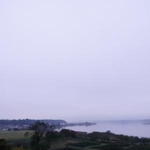 まだ対岸では雨か降っているのか霞んで見える