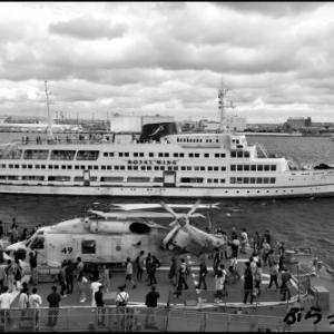護衛艦むらさめ艦上のヘリ と ロイヤルウイング