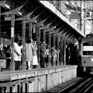 江ノ電鎌倉高校前駅は相変わらずの人気スポットだ