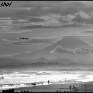 高波で荒れる湘南海岸