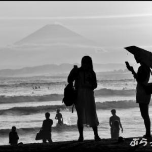 夕陽に浮かび上がる富士山