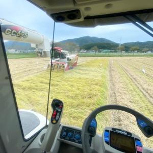 2台で稲刈り作業