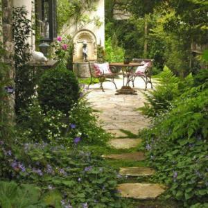 ポーチ、小さな庭を魅力的に