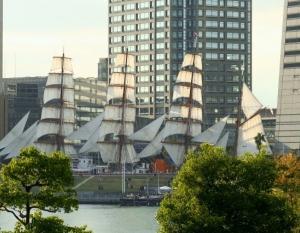 帆船の帆を畳むのは誰かな、、?。