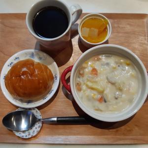 クリームシチューとバターロールで朝ごはん♪