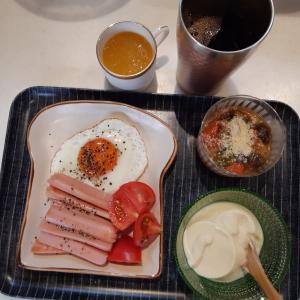 目玉焼き・魚肉ソーセージ・ラタトゥイユで朝ご飯♪
