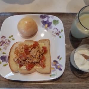 トマトと卵炒めのっけトーストで朝ご飯♪