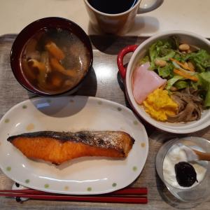 焼き鮭とサラダで朝ご飯♪