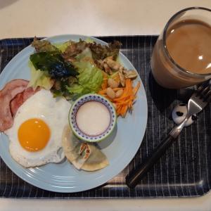 ハムエッグ・ツナギョーザ・サラダで朝ご飯♪