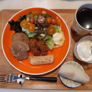 煮豚・カキフライ・ソーセージ餃子で朝ご飯♪