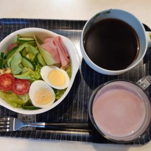 いちごミルクとサラダで朝ご飯♪