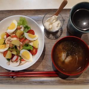 大きなサラダとあさりの味噌汁で朝ご飯♪
