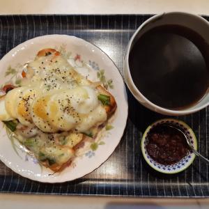 野菜炒め+ゆで卵+チーズトーストで朝ご飯♪