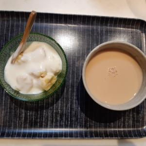 ミルクティーとバナナヨーグルトで朝ご飯♪