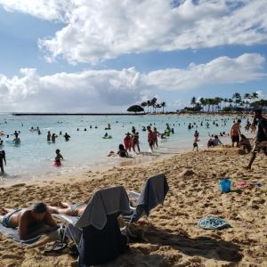 人が溢れてるハワイのビーチ