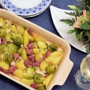 メットヴルストと芽キャベツのオーブン焼き