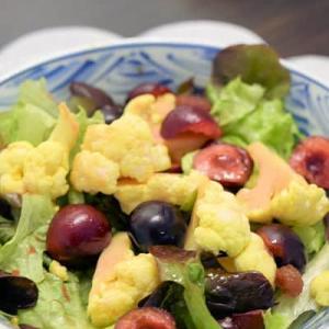 さくらんぼ入りのカレー風味のサラダ