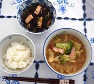 あらめと揚げ豆腐の炒め物と残り物味噌汁の一汁一菜