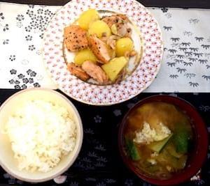 鮭とジャガイモのニンニクバター醤油ーとズッキーニと落とし卵のお味噌汁の一汁一菜