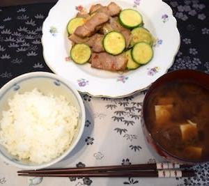 グリル豚肉の残りとズッキーニの炒め物とお豆腐・わかめ・ネギのお味噌汁の一汁一菜