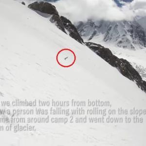 人が雪山を滑落すると転がる物体にしか見えない