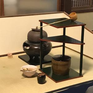 月釜は風炉になりました。蓬菖蒲に因むお菓子