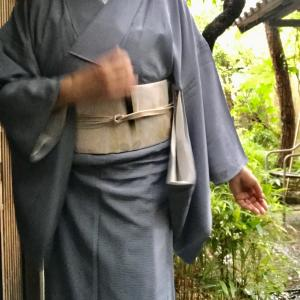 久しぶりの雨 裾を絡げて^_^早朝からのお出かけにはちゃちゃと結べる2部式帯