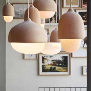 「どんぐり」をモチーフにデザインされた北欧照明、Terho Lampのシックなブラック。