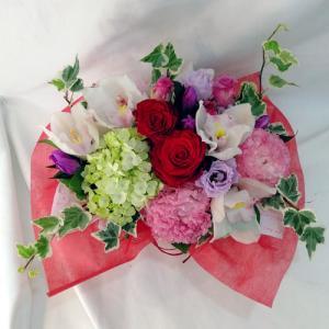 ピンク・赤系の花を入れて明るく