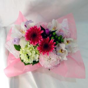 ピンク・白・グリーン系の花を入れて