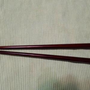 伊勢春慶の箸、塗り直す