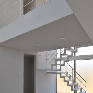 大理石に映り込むシンプルな階段!