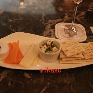 マゼランズラウンジで、シャンパンとチーズの贅沢なひととき