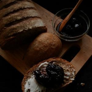赤ワイン煮プルーンのライ麦パン