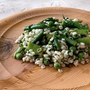 レシピ連載開始!豆と押し麦のタブレ風サラダ