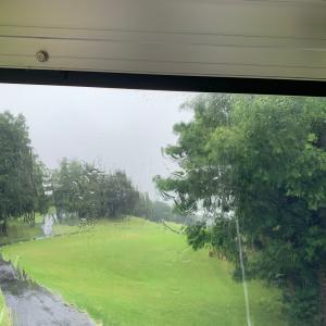雨のコンペでした。
