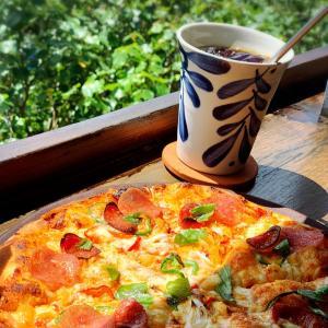 沖縄の素敵カフェ 海を見下ろすテラスでピザ!土花土花