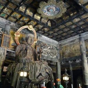 荘厳な仏殿内部
