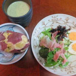 朝:生ハムサラダ、野菜ジュース&サツマイモ 昼:シュガーレーズンパン、丸もっち&みかん 夜:チキンライス・オムライス、モヤシ浸し&カボチャ・サツマイモの牛乳スープ