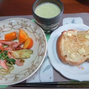 朝:サラダ、トースト&野菜ジュース 昼:醤油焼き🍙&おでん 夜:ごぼう御飯、サラダ、菊のお浸し&柿の胡桃和え