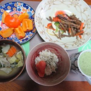 朝:目玉焼き添え干しワラビ煮、具沢山味噌汁&野菜ジュース 昼:醤油焼き🍙、焼鳥ももタレ&飲むヨーグルト 夜:味噌豆餅、ベーコン入り野菜煮込み、鶏唐揚げ、冷奴&もずく