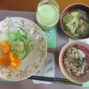 朝:目玉焼きプレート、味噌汁&野菜ジュース 昼:テリヤキチキン・たまごサンド、チョコレートドーナツ 夜:テリヤキチキン・たまごサンド、チョコレートドーナツ