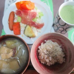 朝:生ハムと野菜・果物サラダ、味噌汁&野菜ジュース 昼:スーパー大麦と鯵の🍙&鶏ももタレ 夜:具少々ミネストローネ、自家製ハンバーグ&納豆ご飯